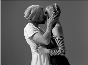 Frame del video FIRST KISS