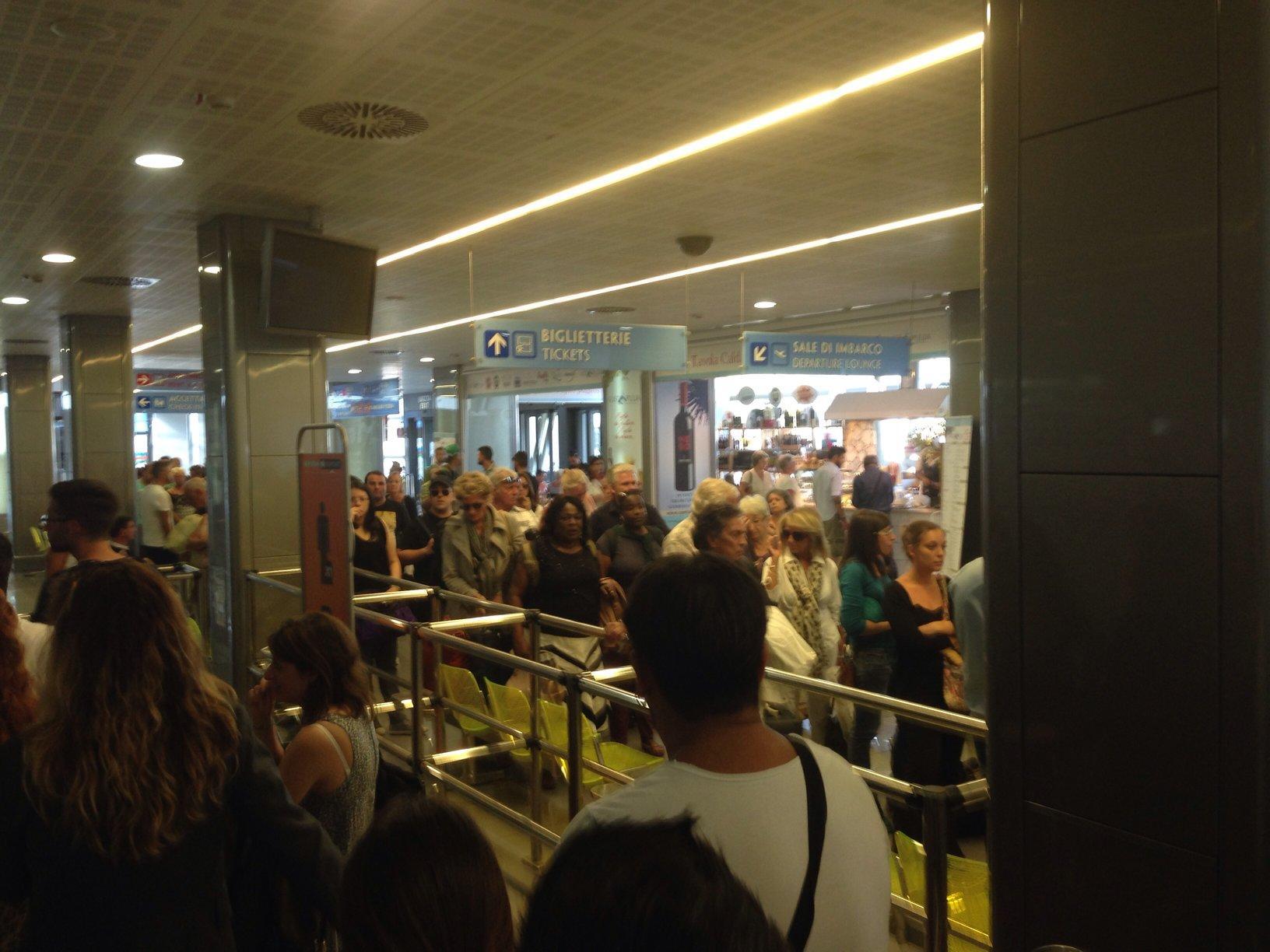 Aeroporto Brindisi : Brindisi disagi all aeroporto con momenti di tensione tra i