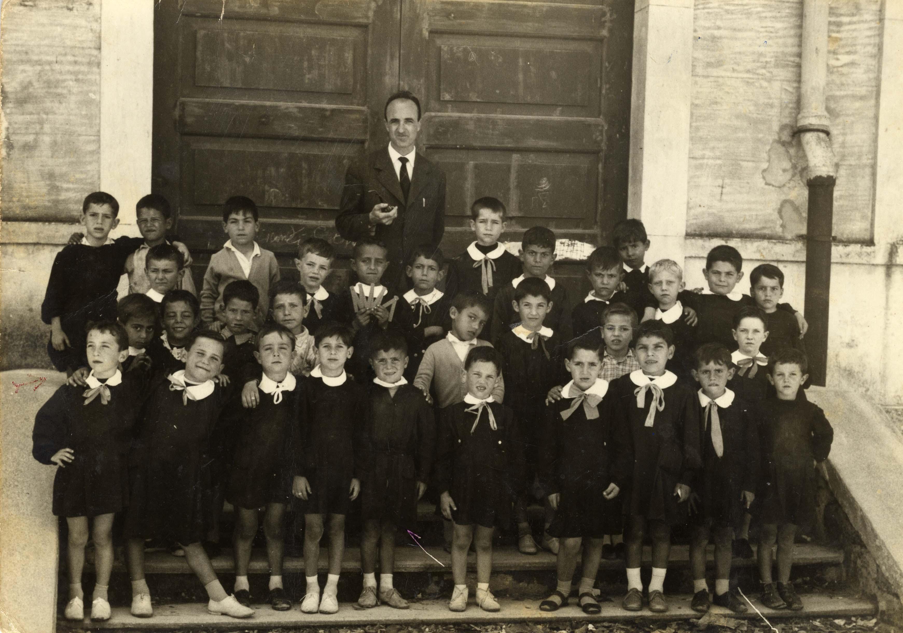 La nostra squola anni 50 tra bambini vestiti di nero e for Foto di case antiche