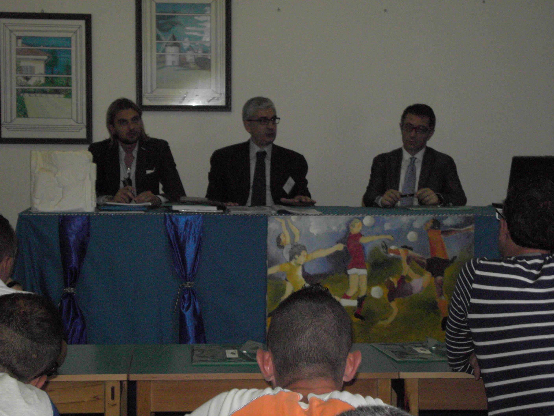 Nella foto: il Presidente FIGC Puglia Vito Tisci, l'Avv. Francesco Nevoli e l'Avv. Giulio Destratis durante una lezione nel carcere di Taranto.