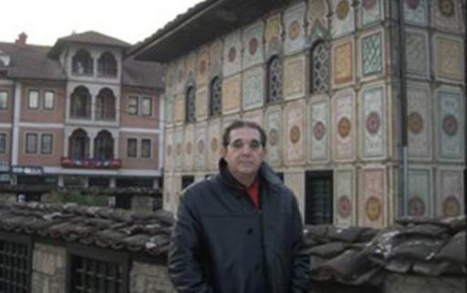 Nella foto Pierfranco Bruni davanti ad una moschea