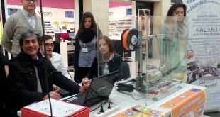 I docenti Giuseppe D'Angela (seduto) e Giuseppe Piepoli con gli alunni, all'Auchan