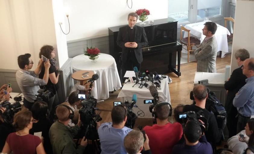 Monsignor Krysztof Charamsa, 43 anni, il teologo che ha fatto coming out durante una conferenza stampa in corso a Roma, 3 ottobre 2015. ANSA/ LUCIANO DEL CASTILLO