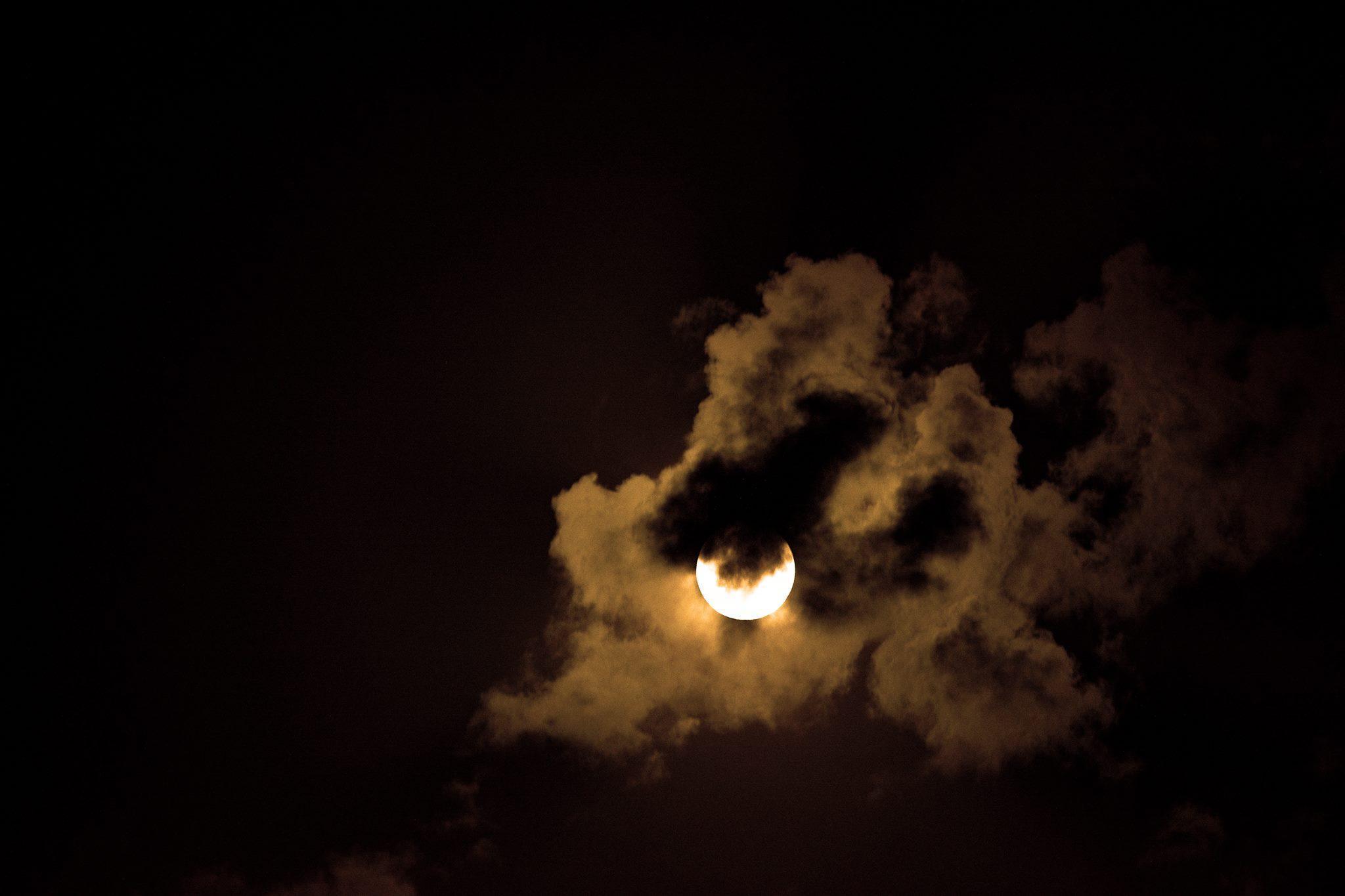 La Luna piena che ha salutato il solstizio d'estate e gioca a nascondino - Scatto Rubato a Tommaso Duggento