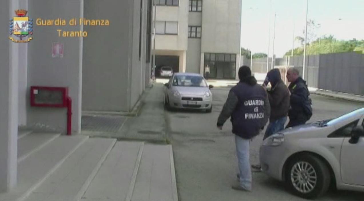 Falsi braccianti nelle campagne tarantine, arrestati imprenditori e consulenti del lavoro