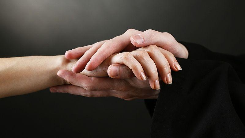 Molestie su una 14enne: indagato un sacerdote