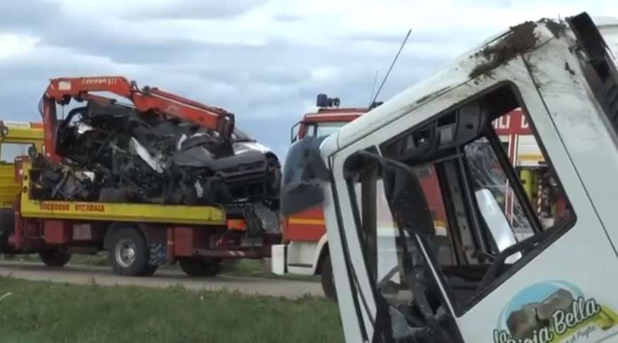 Incidente a Laterza, scontro tra vettura e autocisterna: tre morti